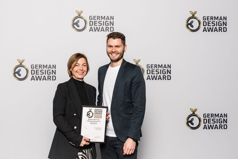 Viki Kitzig nimmt Auszeichnung entgegen